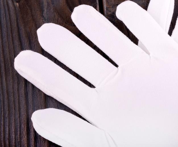 木製のテーブルに医療化粧品の綿の白い手袋