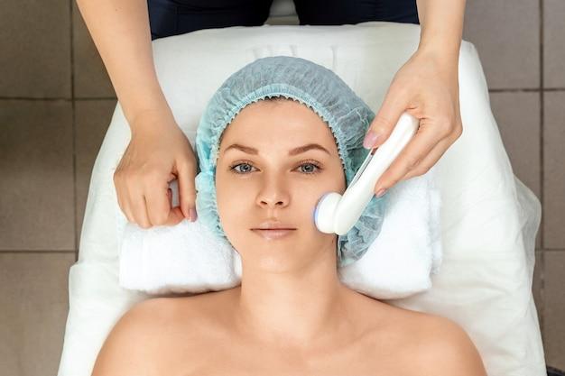 Лечебная, косметологическая процедура по обработке кожи лица светом.