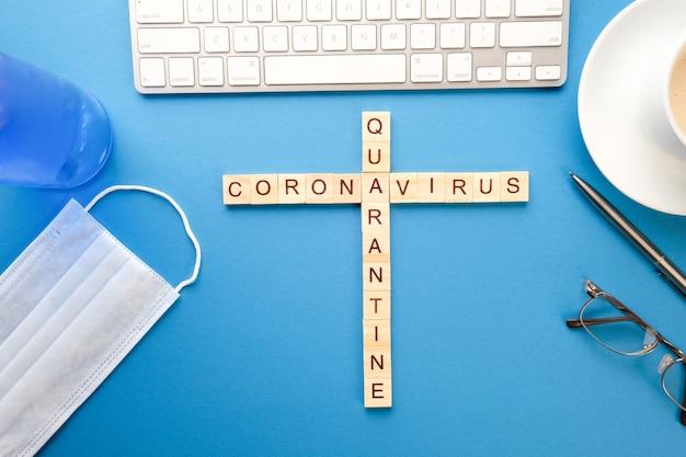 의료 크로스 워드 퍼즐, 테이블에 항균 젤 마스크. 유행성 격리 개념
