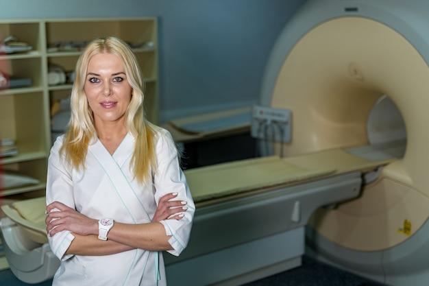 Медицинская кт, мрт или пэт-сканирование в современной больничной лаборатории. доктор на взгляде frony.