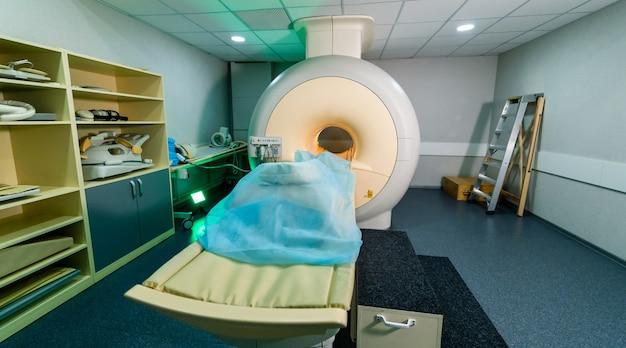 現代の病院の検査室に立っている医療用ctまたはmriまたはpetスキャン。清潔な白い部屋にある技術的に高度で機能的な医療機器。