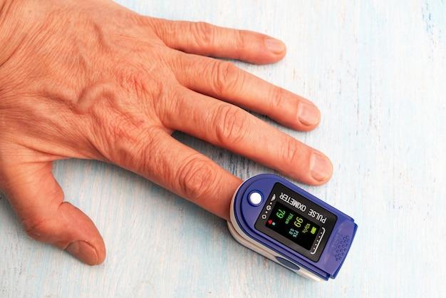 Медицинский прибор пульсоксиметр. измерение пульса и содержания кислорода дома и в больнице.