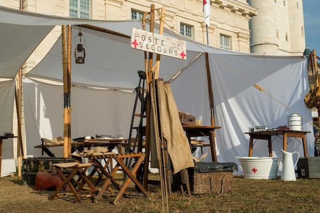 Медицинские изделия времен второй мировой войны во время исторической реконструкции
