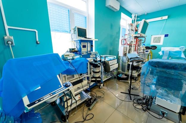 Медицинское оборудование, концепция дизайна интерьера больницы. интерьер операционной в современной клинике, экран с тестами. крупный план