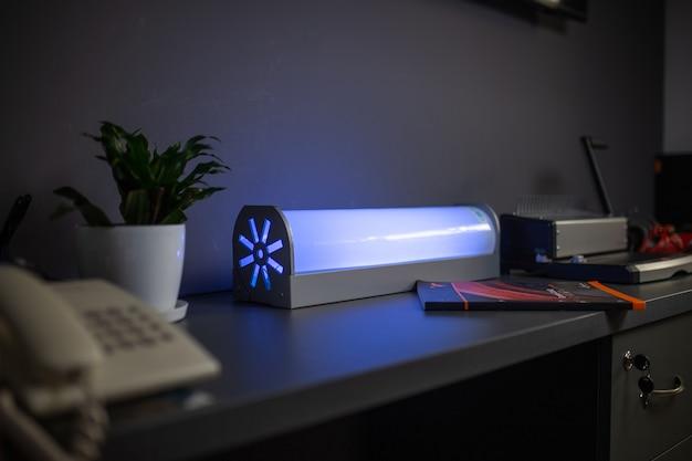 デスクトップ上の医療消毒ランプ