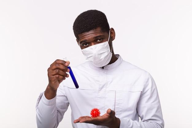 Covid-19のコロナウイルスワクチンでチューブを保持している医師
