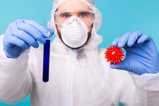 コロナウイルスワクチンのチューブを保持している医師