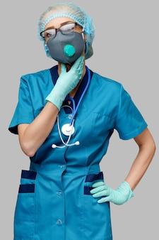 保護マスクと首の痛みに苦しんでいるゴムやラテックスの手袋を身に着けている医師看護師女性