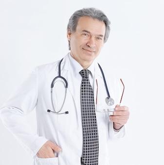 白衣と聴診器を持つ医師
