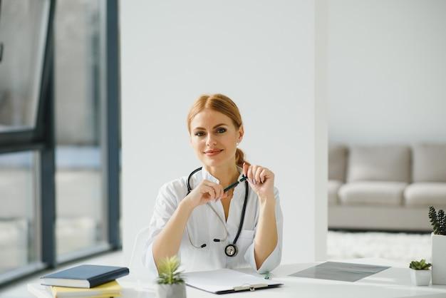 オフィスの医師の女性