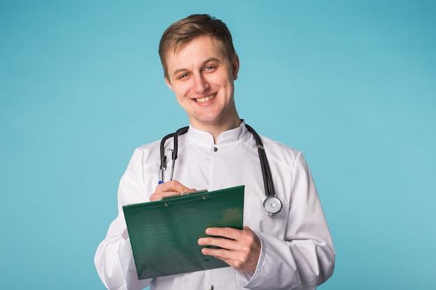 青の上に処方箋を書く医師