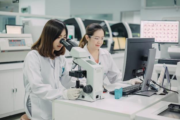 Врачи, работающие для анализа образцов крови в лаборатории для научных исследований