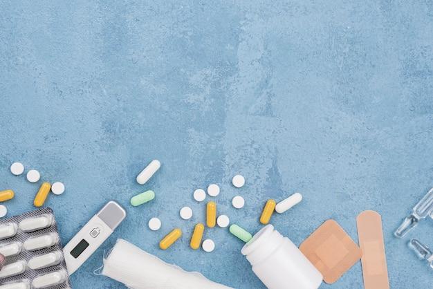 青いセメントの背景に医療要素構成