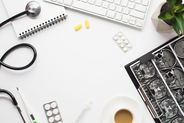 의사의 책상에 커피 한잔과 함께 의료 기기 및 저장소