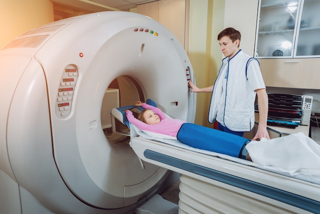 医療機器。コンピューター断層撮影の部屋の医師と患者