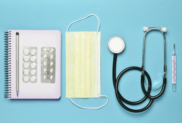 Медицинское оборудование на синем фоне