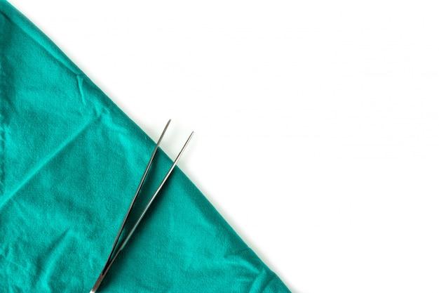 手術室の緑の布の上の医療機器