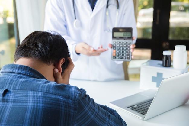 의료 비용 개념 환자는 의료 비용에 대해 걱정하고 있습니다.