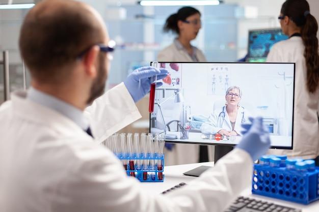 Медицинский эксперт беседует о лечении от вирусов