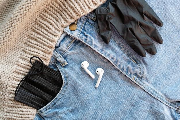 Медицинская маска для лица в кармане джинсов