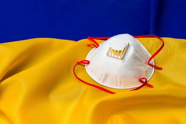 木の板にウクライナの旗の医療フェイスマスク