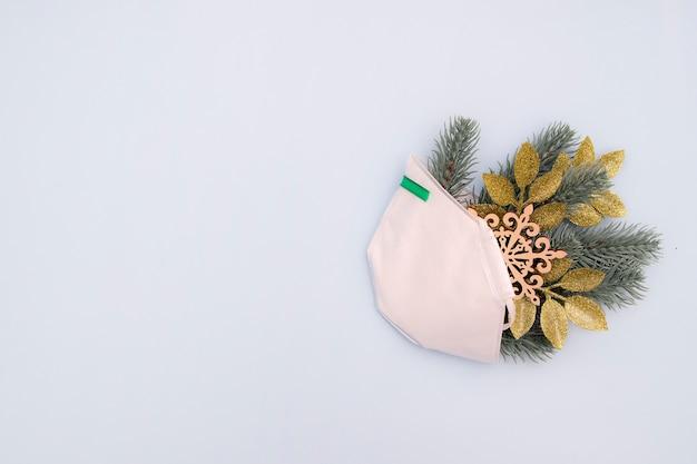 소나무 가지와 파랑에 크리스마스 장식 의료 얼굴 마스크