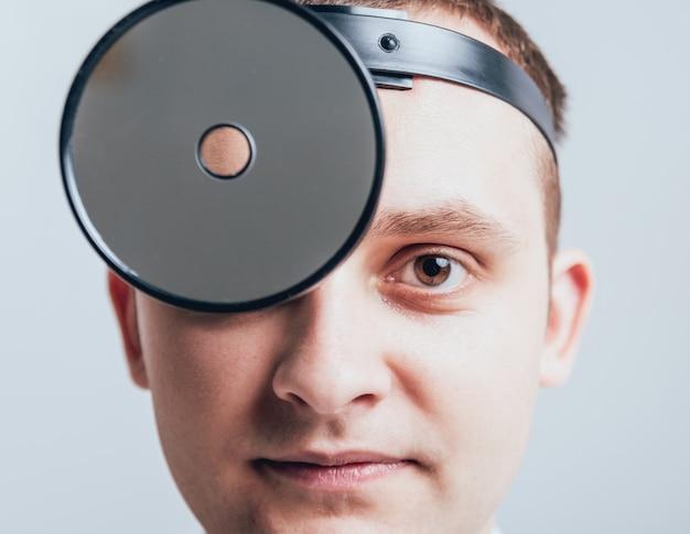Фронтальный медицинский отражатель на голове врача