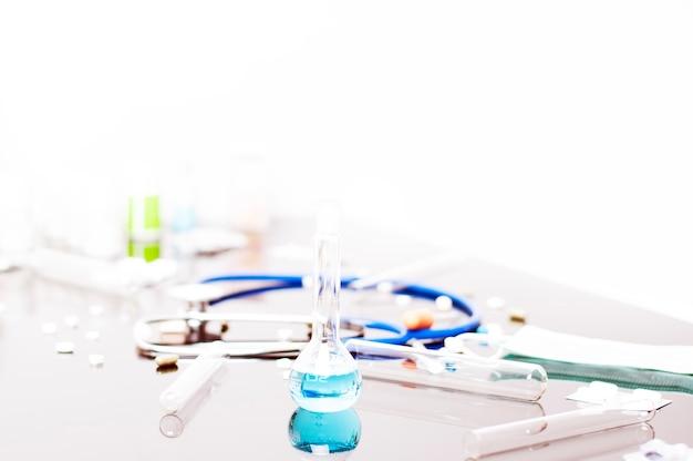 실험실에서 의료 건강 관리 개념 연구 약입니다.