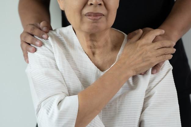 Медицинское страхование и пожилой мужчина, поддерживающий пожилую мать крупным планом, женщина в учреждении по уходу за престарелыми получает помощь из больницы
