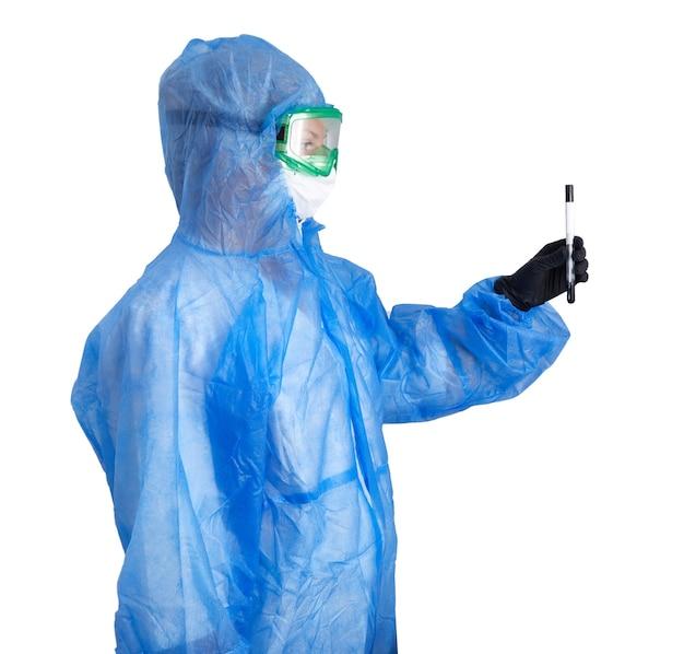 Медицинский технолог, держащий мазок на covid, в защитном костюме ppe, перчатки, перчатки, пробирка