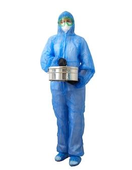 Медицинский технолог здравоохранения, держащий металлическую коробку стерилизатора автоклава, носящую ppe