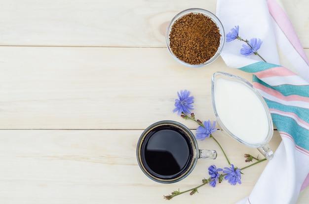 Лечебный напиток здорового питания из корня цикория с молоком