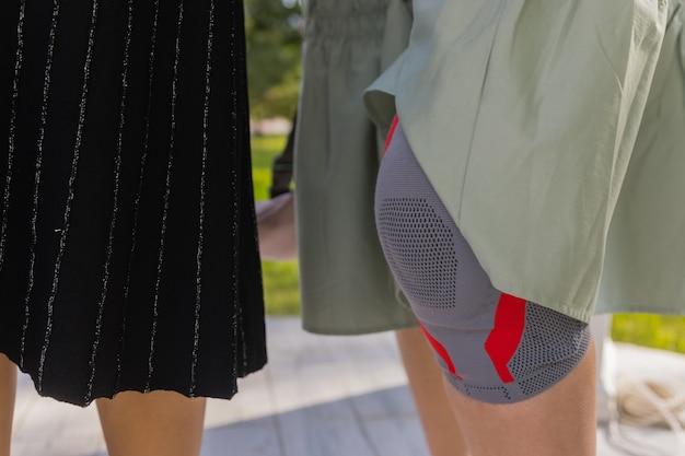 歩行時の関節痛を軽減する医療用膝パッド。