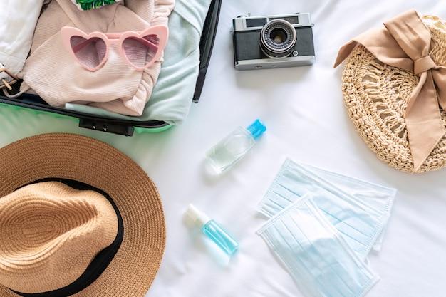 의료용 마스크, 여행 품목이 포함된 알코올 젤 및 수하물은 새로운 정상적인 생활 방식 여행을 준비합니다.