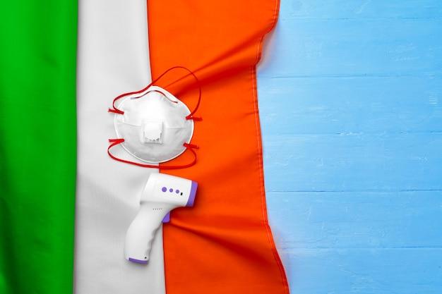 이탈리아의 국기에 의료 마스크와 비접촉식 온도계