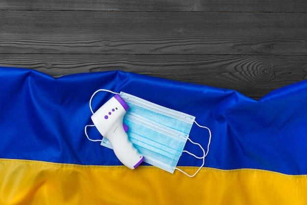 우크라이나의 국기에 의료 마스크 및 비접촉식 온도계