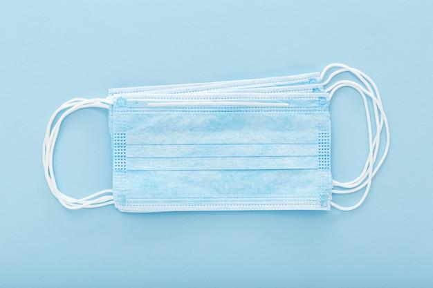 Медицинская маска, медицинская защитная маска, изолированных на синем фоне