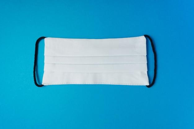 파란색 배경에 의료 마스크