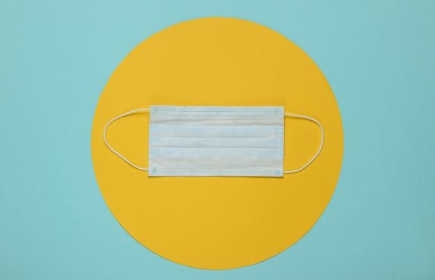 중간에 노란색 동그라미와 파란색에 의료 마스크