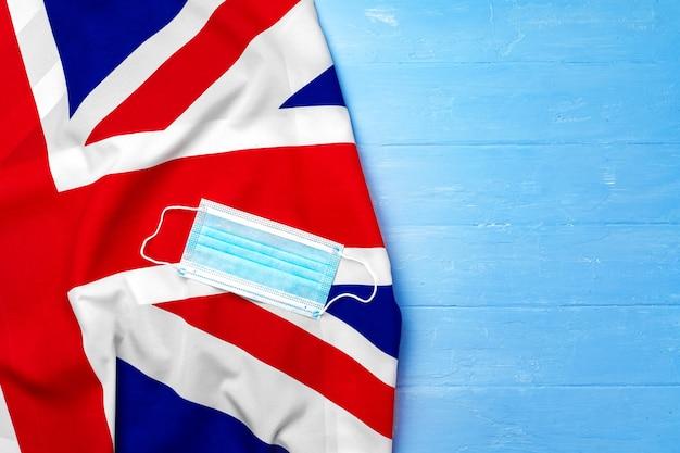 영국, 코로나 바이러스 개념의 국기에 의료 마스크