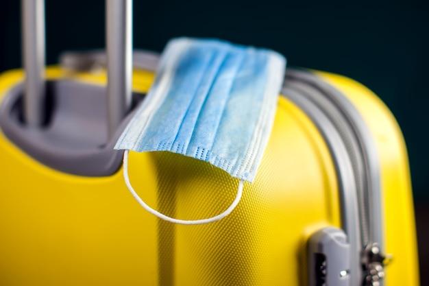 수하물에 의료 마스크. 코로나 바이러스 시간 동안 여행하십시오.