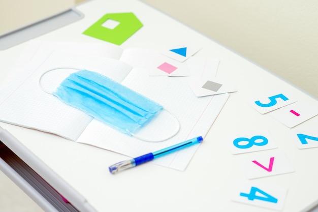 コピーブックの上にペンで医療用マスク。