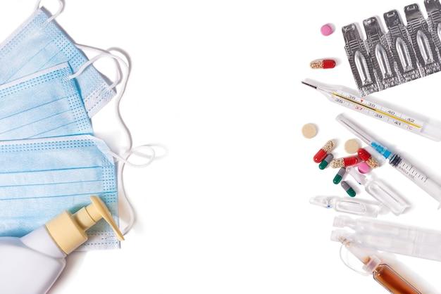 의료 마스크 소독제 젤 온도계 및 흰색 배경 평면도에 의약품