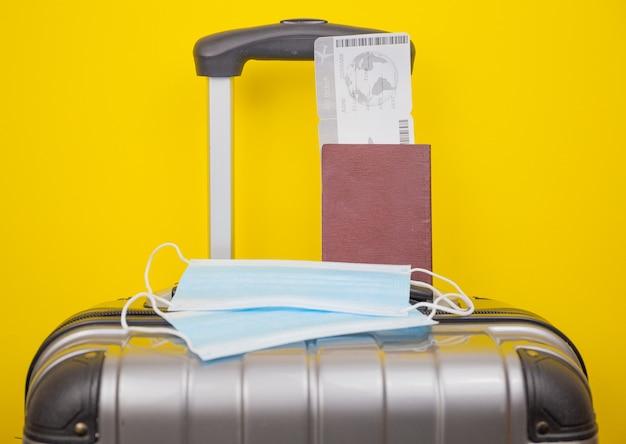 チケットと荷物バッグ付きの医療用マスクパスポート