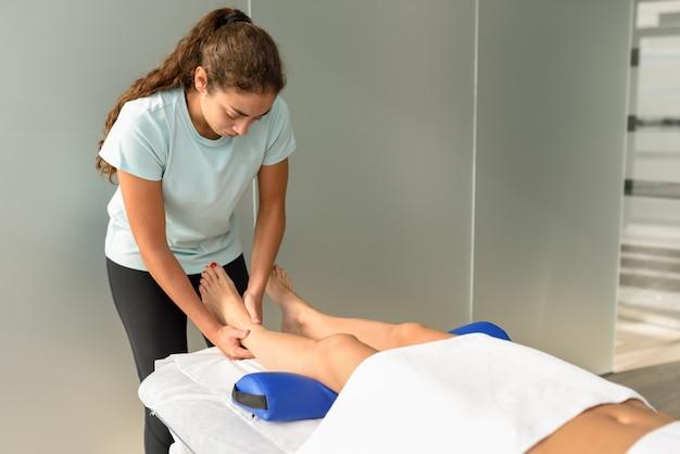 Медицинский массаж у ног в физиотерапевтическом центре.