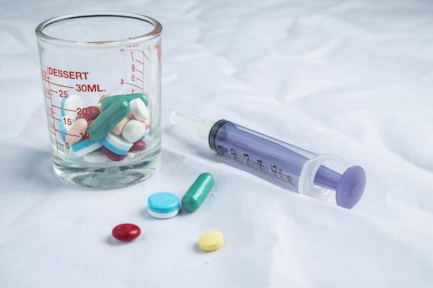 Медицинские препараты и шприцы