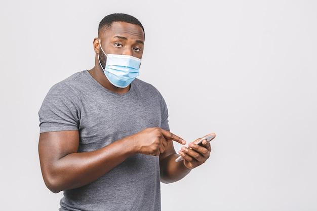 Медицинские новости. афро-американский мужчина в стерильной маске. отправка сообщения.