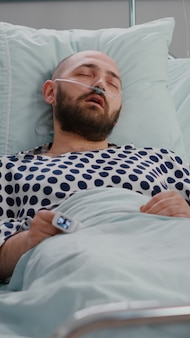 Infermiera medica che controlla i sintomi della malattia di monitoraggio della temperatura durante l'appuntamento di recupero in ospedale...
