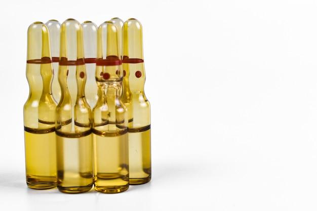 Медицинские или лекарственные ампулы с жидкостью