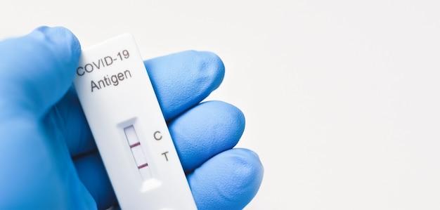 항원 신속 검사 키트 위트 복사 공간의 covid19 양성 검사 결과를 보여주는 의료진